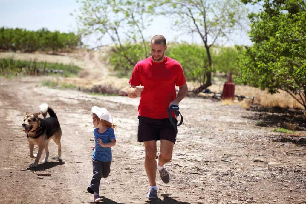 father and daughter joyful run t20 YXYK3E
